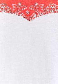 Levi's® Plus - BIG GRAPHIC TEE - Print T-shirt - hm white - 2