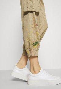 Desigual - PANT BABEL - Cargo trousers - beige - 4