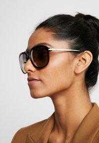 Guess - Sluneční brýle - havana - 3