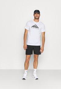 Nike Performance - TEE TRAIL - T-shirt med print - white - 1