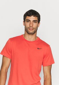 Nike Performance - TEE CREW SOLID - Basic T-shirt - lobster/black - 3