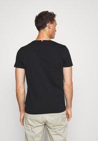 Tommy Hilfiger - FLAG TEE - T-shirts print - black - 2