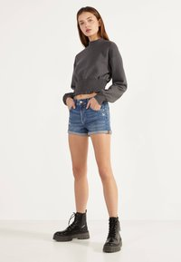 Bershka - DENIM-SHORTS MIT SAUMAUFSCHLAG 02596211 - Jeansshorts - light blue - 3