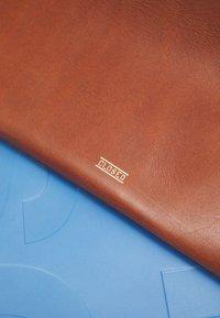 CLOSED - HOPE SET - Håndveske - dark amber - 5