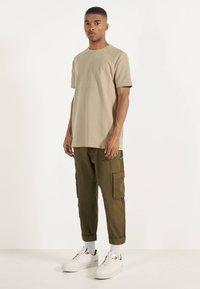 Bershka - MIT WAFFELGEWEBE - Basic T-shirt - beige - 1