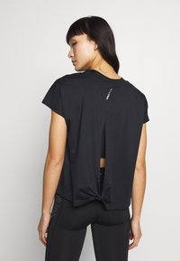 ONLY Play - ONPFIONA ATHL LOOSE TEE - Triko s potiskem - black/white - 2