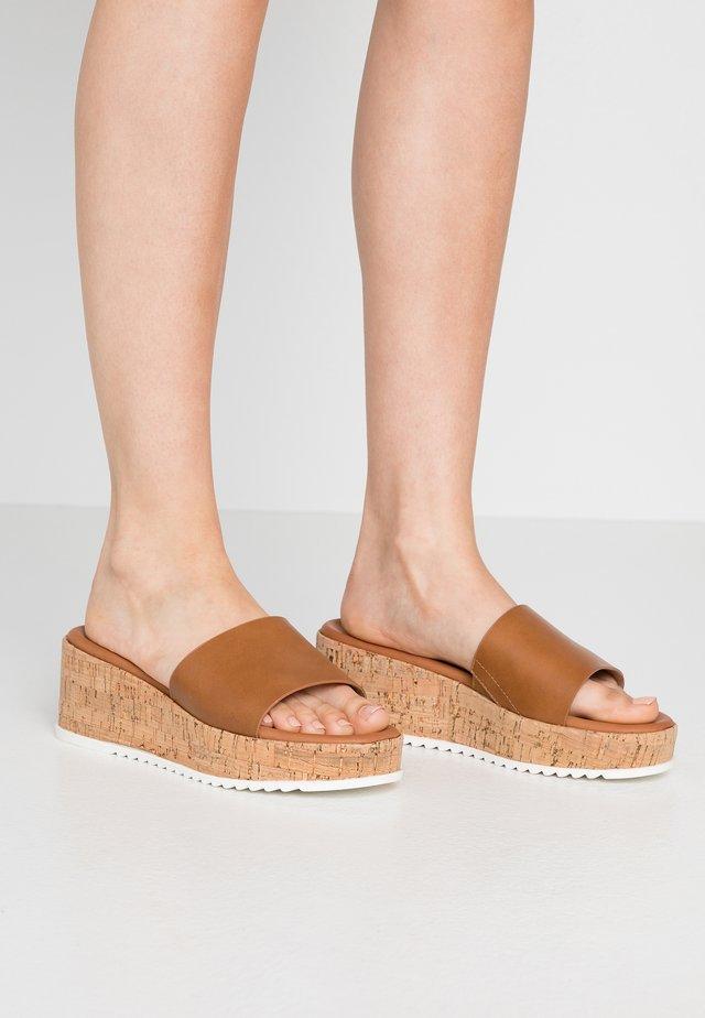 AYLINN - Pantofle na podpatku - cognac