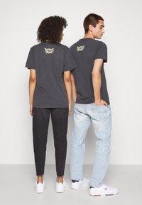 Tommy Jeans - ABO TJU X REN AND STIMPY TEE UNISEX - T-Shirt print - blackout - 2