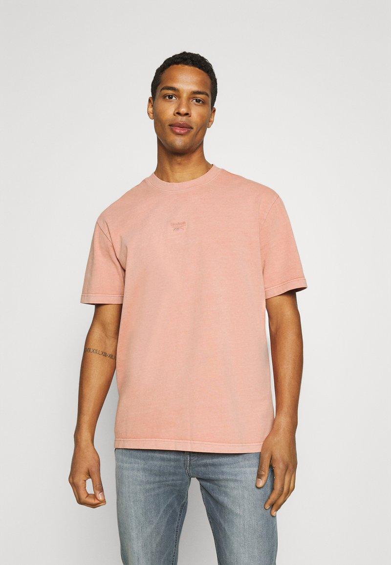 Reebok Classic - CLASSIC NATURAL DYE - T-shirt basic - baked earth
