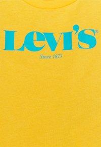 Levi's® - MODERN VINTAGE TEE - T-shirt con stampa - kumquat yellow - 2