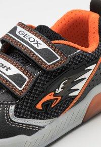 Geox - INEK BOY - Tenisky - black/orange - 5
