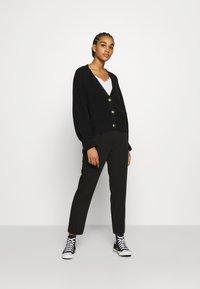 NA-KD - BELTED SUIT PANTS - Pantalon classique - black - 1