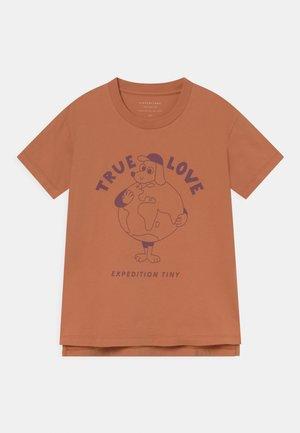 UNISEX - Print T-shirt - clay/deep plum