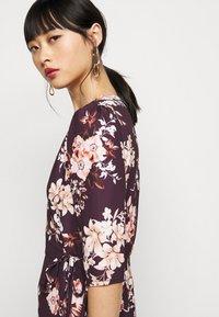 True Violet Petite - WRAP MINI DRESS WITH TIE WAIST - Denní šaty - burgundy - 3