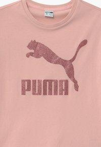 Puma - CLASSICS TEE - Triko spotiskem - light pink - 2