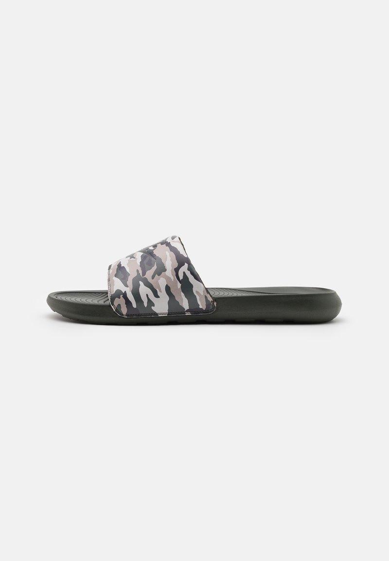 Nike Sportswear - VICTORI ONE SLIDE PRINT - Matalakantaiset pistokkaat - sequoia/desert sand/cargo khaki/stone