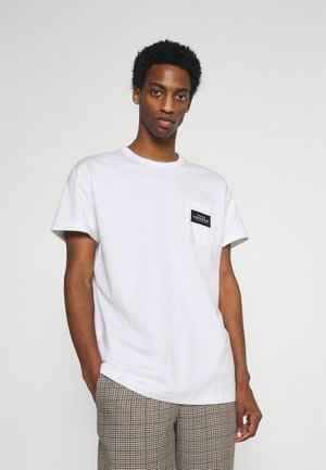 BOXY WITH POCKET AND LABEL - T-shirts med print - white