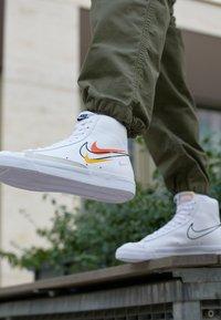 Nike Sportswear - BLAZER MID '77 VNTG - Vysoké tenisky - white/black/team orange/university gold/light smoke grey/summit white - 2