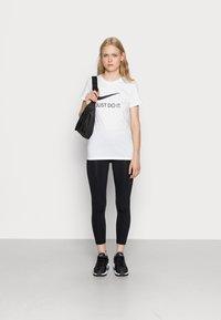 Nike Sportswear - W NSW TEE JDI SLIM - T-shirt imprimé - white/black - 1