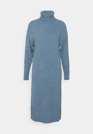 PCSILLA MIDI DRESS - Pletené šaty - little boy blue