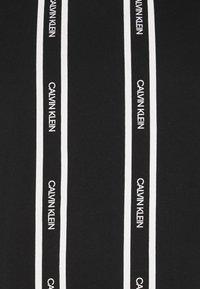Calvin Klein - VERTICAL LOGO STRIPE - T-shirt med print - black - 5