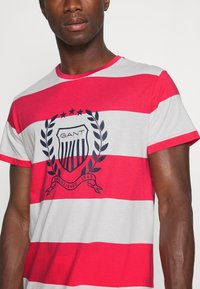 GANT - CREST - T-shirt med print - paradise pink - 4