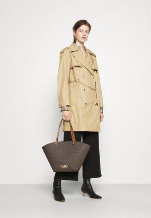 IZZY FAN TOTE SET - Handbag - brown/acorn