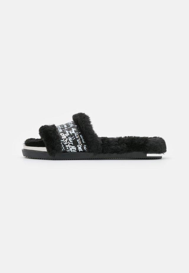 BEVAN SLIDE - Chaussons - black/white
