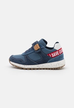 ALBEN BOY WWF - Trainers - navy/red