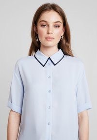 KIOMI - SHORTSLEEVE BOXY WITH PIPING - Button-down blouse - kentucky blue - 4