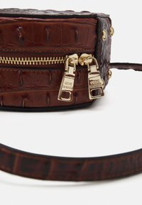 Steve Madden - CROSSBODY BAG - Handbag - cognac - 3