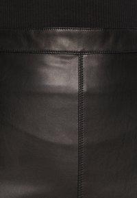 VILA PETITE - VIPEN NEW COATED SKIRT - Jupe crayon - black - 3