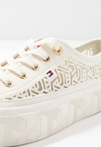 Tommy Hilfiger - KELSEY  - Baskets basses - white - 2