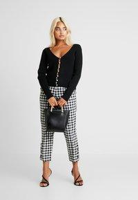 Fashion Union Petite - BEGONIA - Chaqueta de punto - black - 1