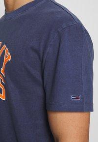 Tommy Jeans - NOVEL VARSITY LOGO TEE - Print T-shirt - twilight navy - 5