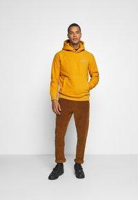 Levi's® - HOODIE UNISEX - Luvtröja - golden yellow - 1