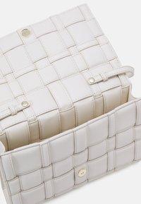 MICHAEL Michael Kors - IVY XBODY - Across body bag - lt cream - 3