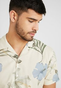 Jack & Jones PREMIUM - KLASSISCHES HAWAII - Skjorter - white - 3