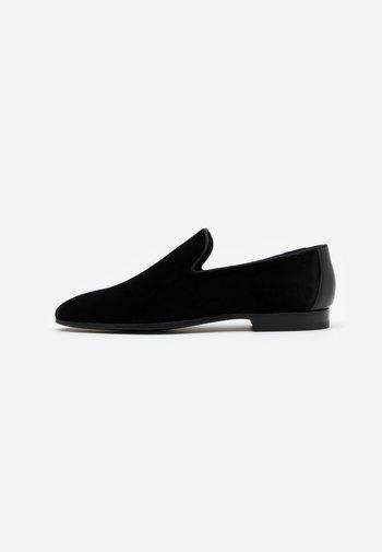TOX  - Elegantní nazouvací boty - black