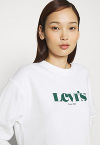 Levi's® - GRAPHIC STANDARD CREW - Felpa - white - 3