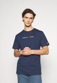 Tommy Jeans - STRAIGHT LOGO TEE - T-shirt z nadrukiem - twilight navy - 0