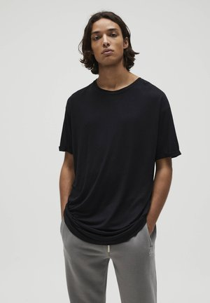 MIT LANGER PASSFORM - T-shirt basic - black