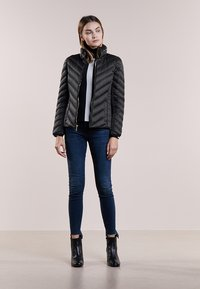 MICHAEL Michael Kors - SHORT PACKABLE PUFFER - Chaqueta de plumas - black - 1