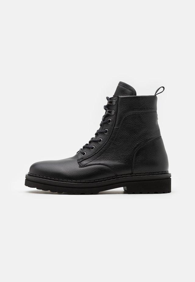 LACE UP BOOT - Botines con cordones - black