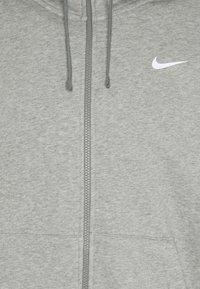 Nike Sportswear - REPEAT HOODIE - Huvtröja med dragkedja - dark grey heather/white - 2