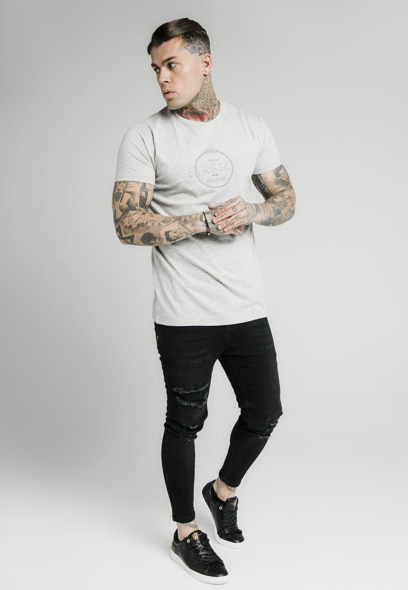 SIKSILK - Print T-shirt - grey marl
