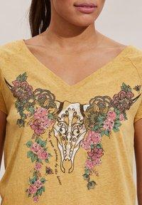 Odd Molly - HENNA - Print T-shirt - golden biscotti - 4
