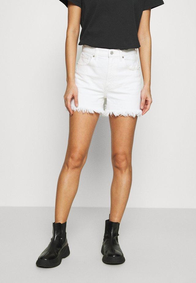 CURVE LOVE HIGH RISE MOM - Shorts di jeans - white
