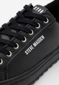 Steve Madden - OWEN - Sneakersy niskie - black - 5