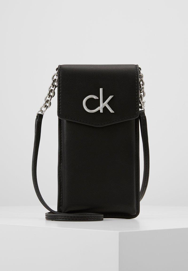 Calvin Klein - RE LOCK PHONE POUCH - Taška spříčným popruhem - black